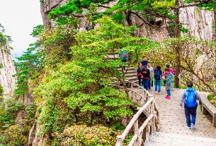 More Chinese outdoor scenic sites reopen with measures taken